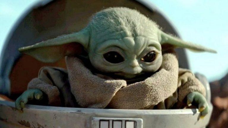 Bébé Yoda dans son landeau